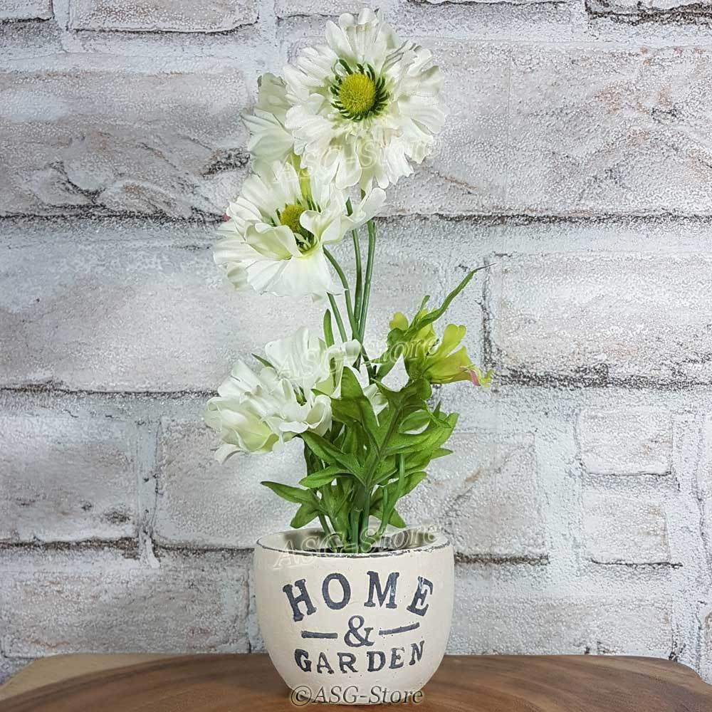 Weiße Kunstblumen im Keramiktopf